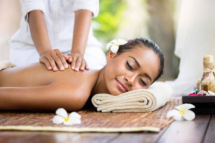 massage mit kräuterstempel