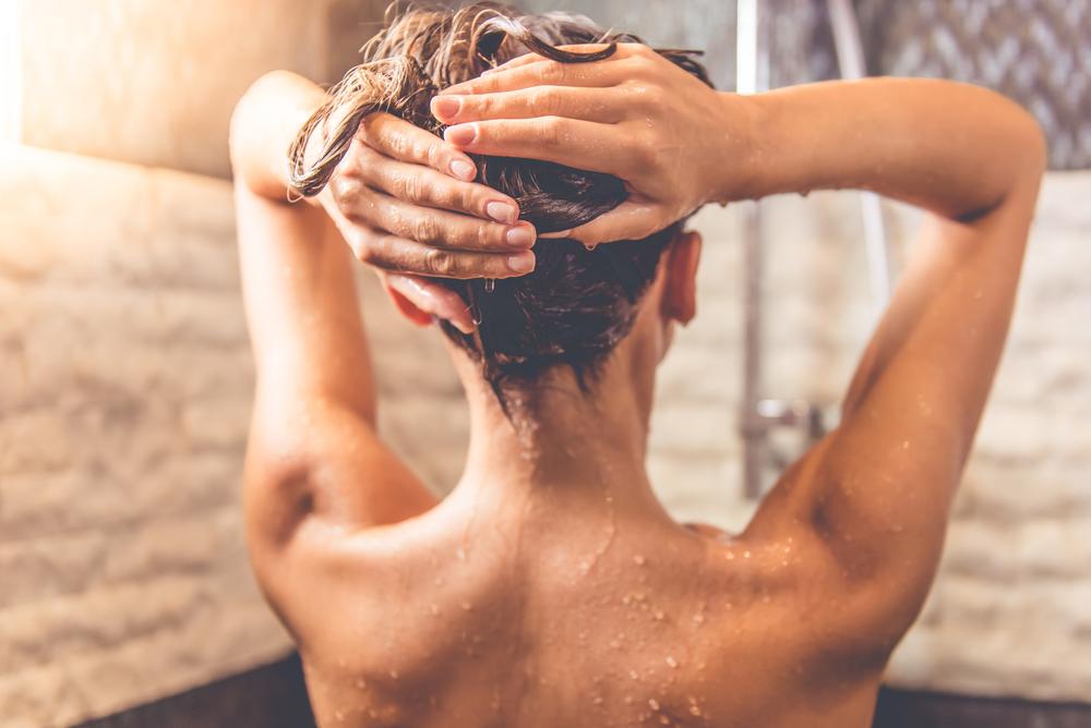 haare waschen unter der dusche