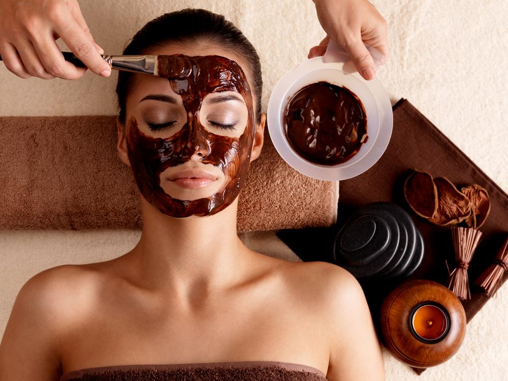 behandlung mit maske aus schokolade